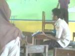 Yang bermain gitar : Wayan Piana Di belakangnya pake baju ungu : Dede Heri K.